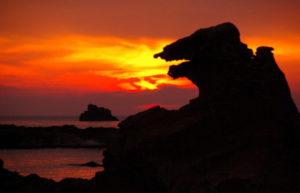 夕陽とゴジラ岩